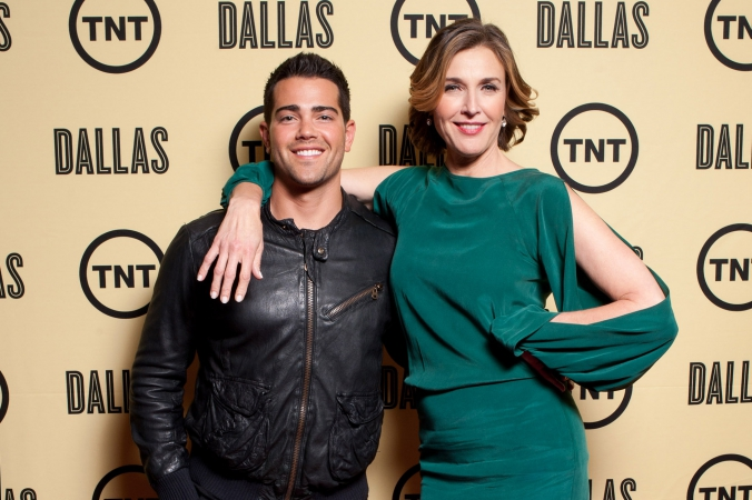 tnt dallas rebooted premiere, chicago sneak preview screening, jesse metcalfe and brenda strong pose on the step and repeat, icon theater