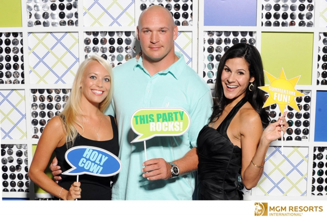 chicago bears brian urlacher poses photo activity with onsite photo printing, mgm resorts