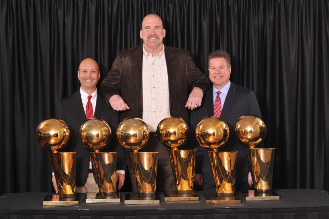 nba chicago bulls bill wennington poses with the six trophies and two guests, 8x10 photo printed instantly onsite