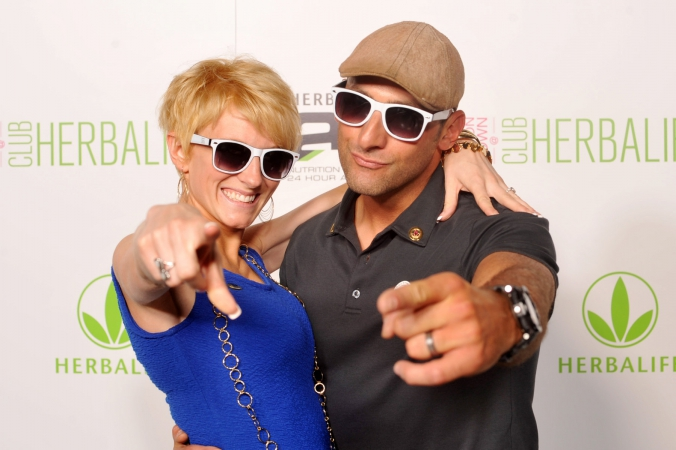 couple wearing sunglasses pointing at camera, herbalife step repeat photography, union station, chicago